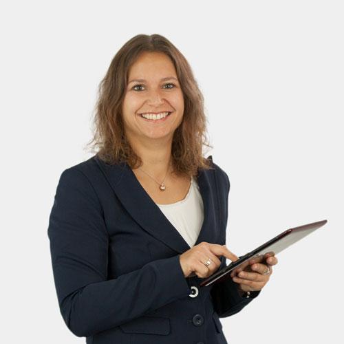 Portrait Geschäftsführerin Nadine Riederer; am Tablet