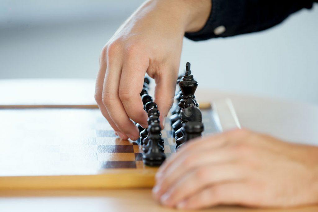 Hände beim Schachspielen