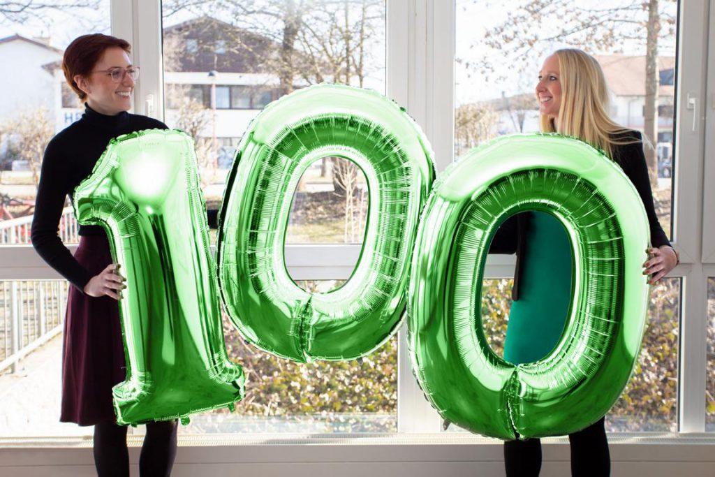 Luftballon; 100. Mitarbeiter*in